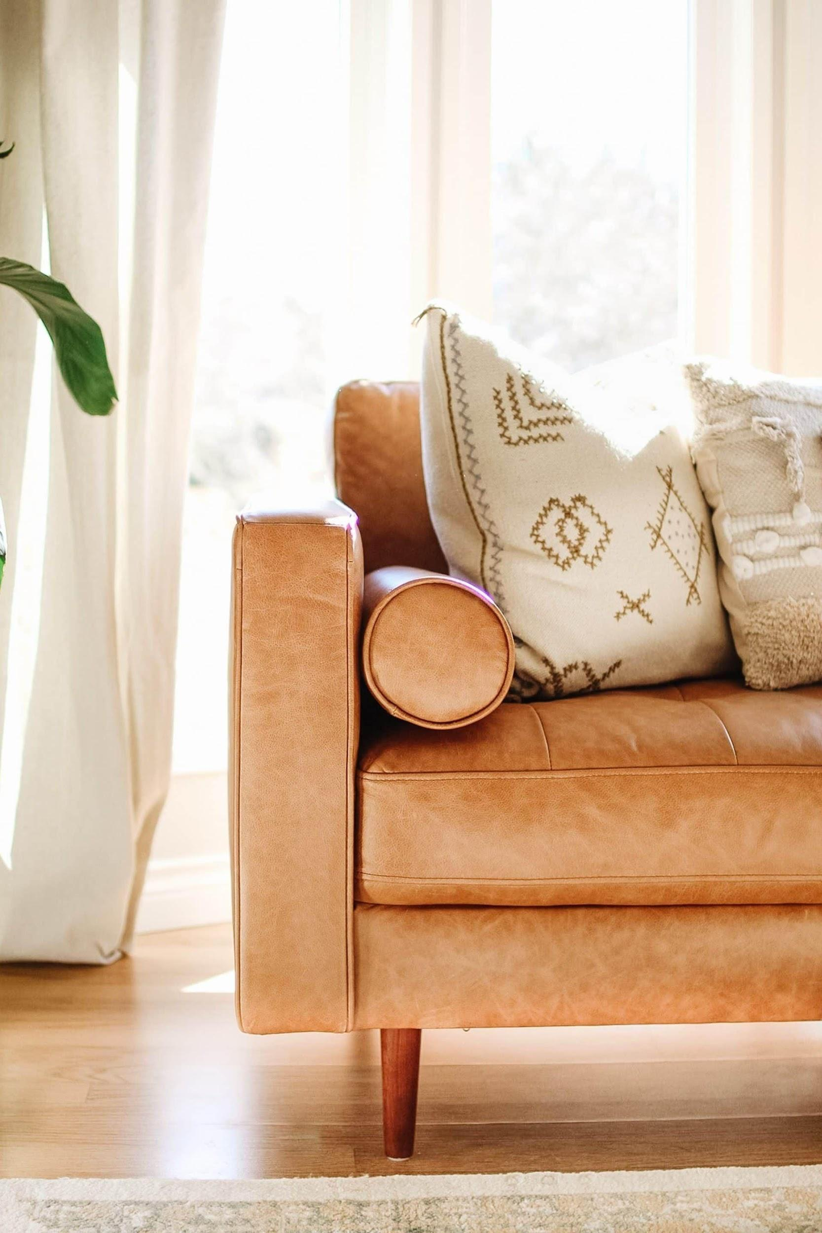10 Pillow Combinations For Brown Couch | Brown couch living room, Throw  pillows living room, Leather couches living room